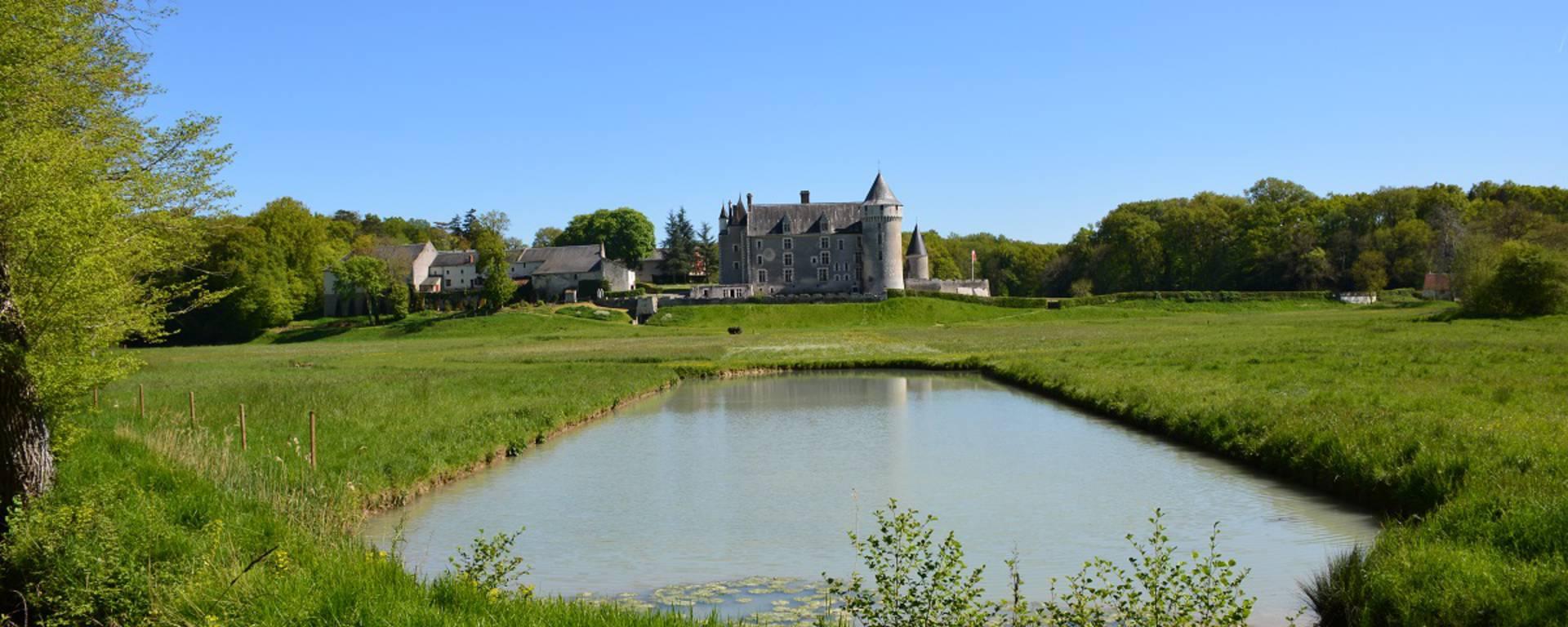Espejo de agua en el Château de Montpoupon. © OTBC