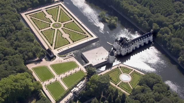 Vista aérea del Castillo de Chenonceau y sus jardines a la francesa