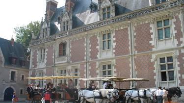 Carruaje de prestigio frente al Castillo Real de Blois. © OTBC