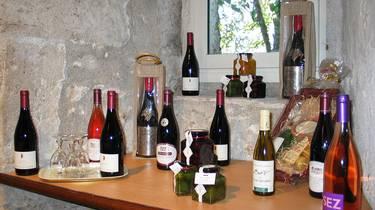 Vinos y productos regionales en la Fábrica de galletas de Chambord. © OTBC