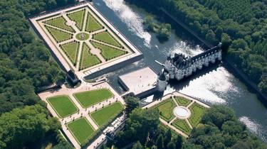 Vista aérea del Castillo de Chenonceau, sus jardines y el río Cher. © OTBC