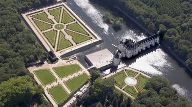 Vista aérea del Castillo de Chenonceau y sus jardines a la francesa