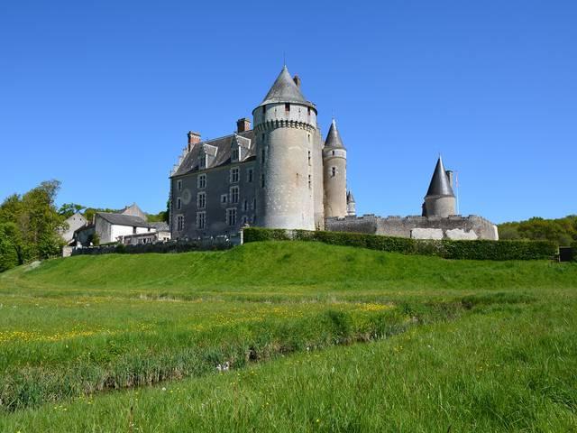 El castillo de Montpoupon está situado en un promontorio rocoso. © OTBC