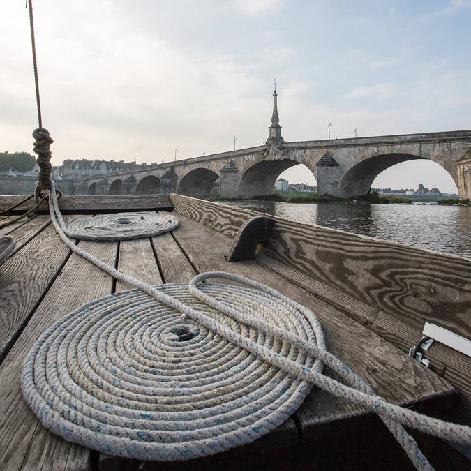 En una barca frente al puente Jacques Gabriel en Blois