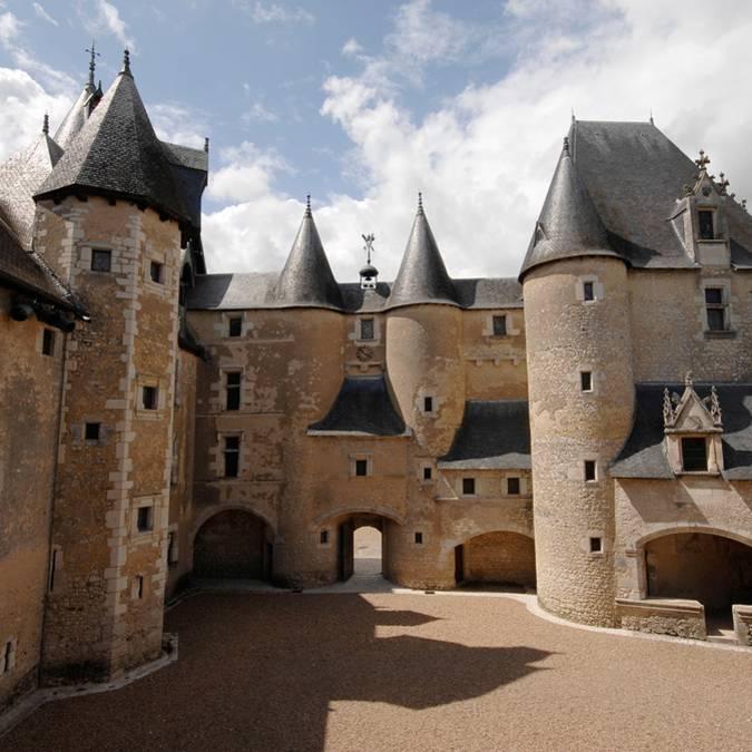 Patio interior del castillo de Fougères-sur-Bièvre