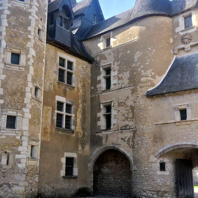 El patio del castillo de Fougères-sur-Bièvre