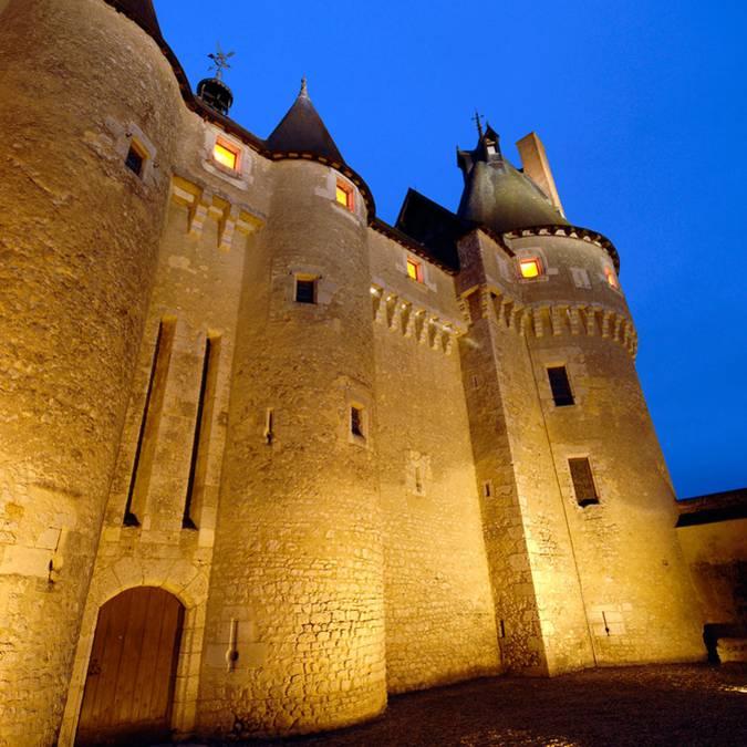 Frente del castillo de Fougères-sur-Bièvre de noche