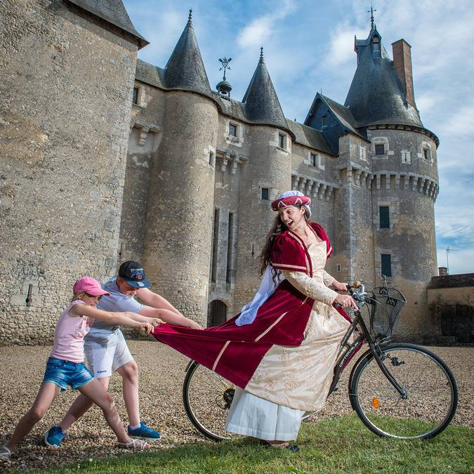 Castillo de Fougères-sur-Bièvre, mujer disfrazada de bicicleta